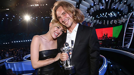 miley-cyrus-has-homeless-man-accept-vma-award.jpg